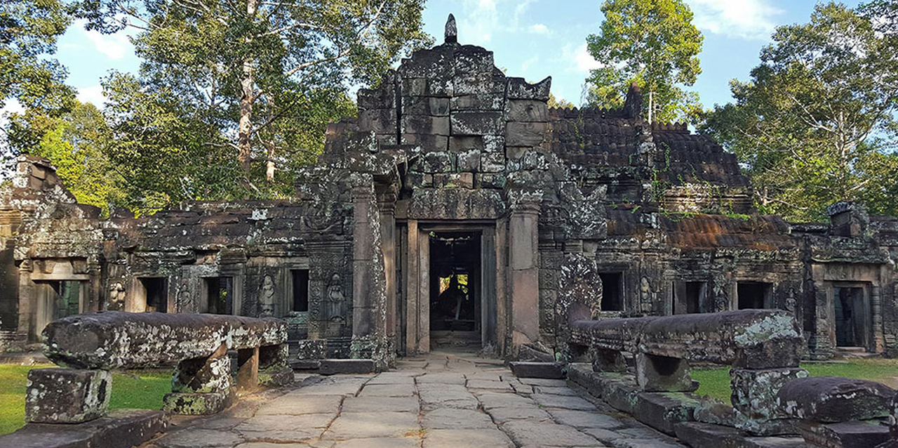 Being constructed in similar architectural style of Ta Prohm and Preah Khan, but Banteay Kdei is smaller less complex.